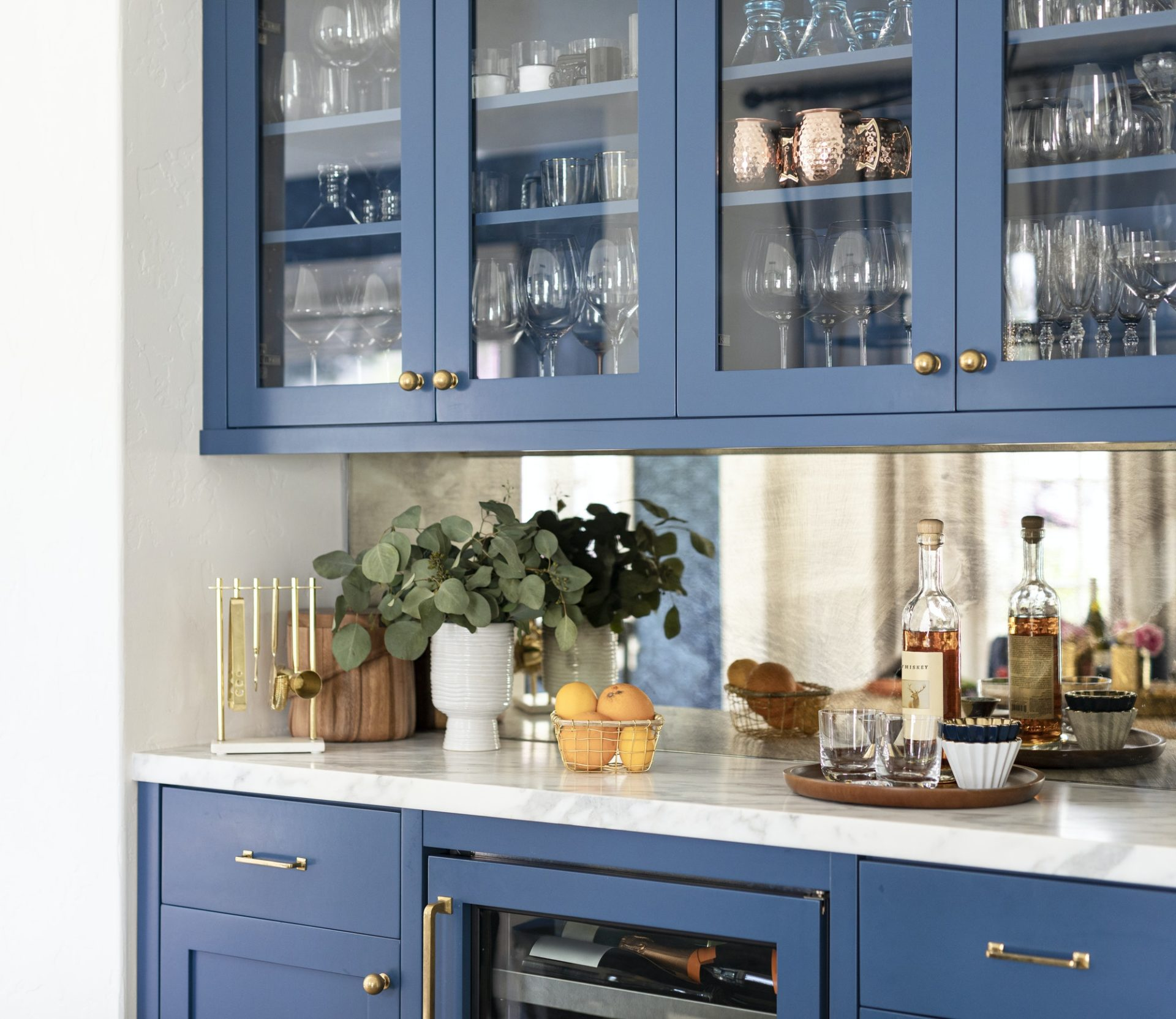 Kitchen cabinet with kitchenwares